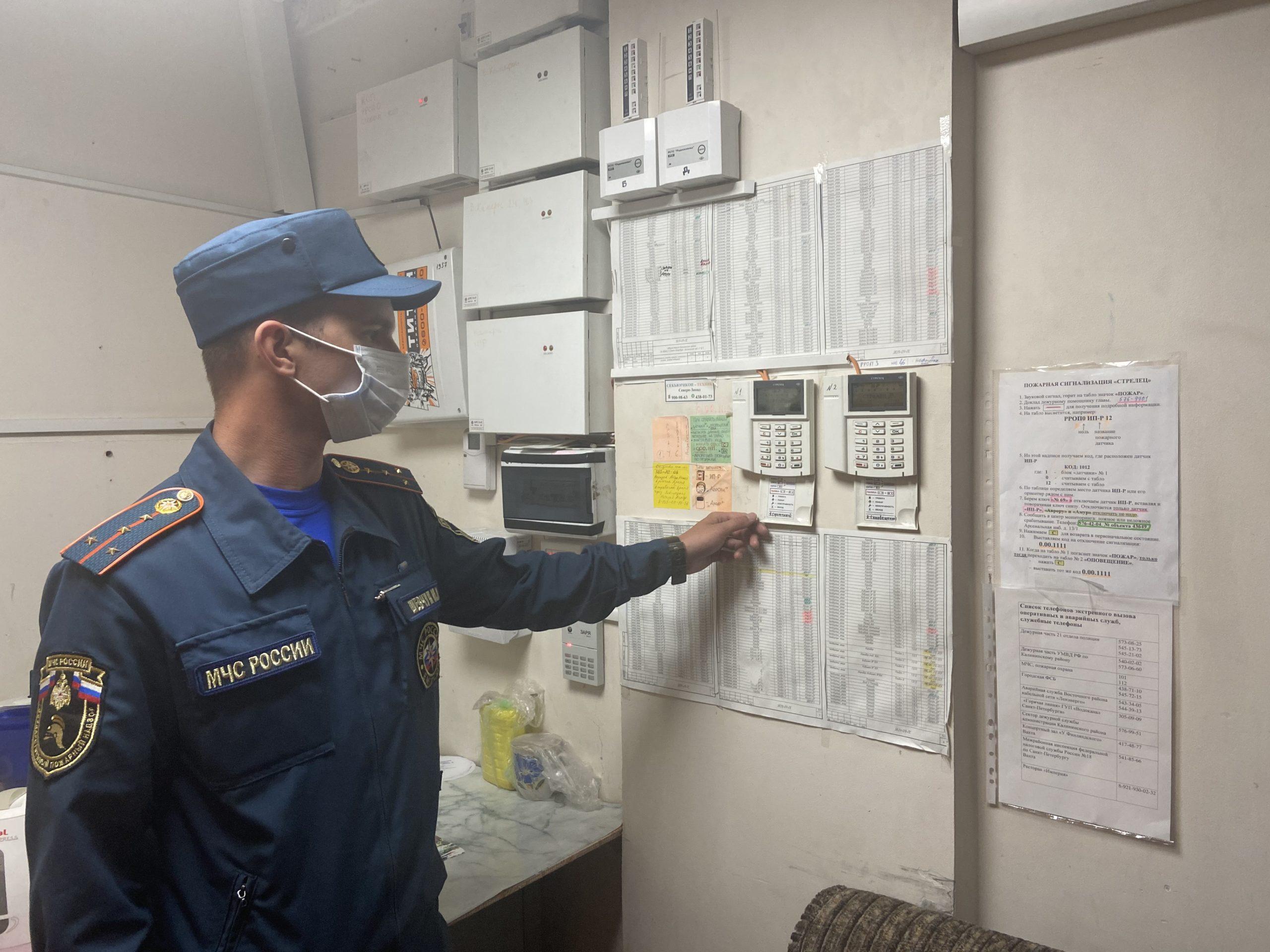 Сотрудники МЧС проводят мероприятия по подготовке к обеспечению безопасности участков для голосования.